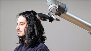 Cobot peinando a una persona (ejemplos de robótica colaborativa)
